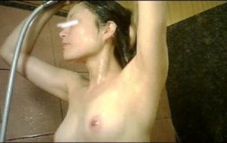 手を染めてしまった女性盗撮師の女風呂潜入記 vol.001
