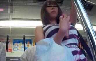超絶無防備なファッションの童顔娘のショッキングピンクパンティー激写
