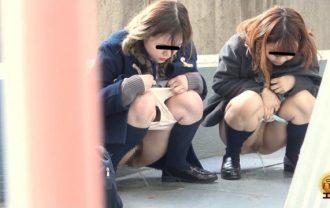 トイレまで我慢できない 女子校生緊急尿意連れション
