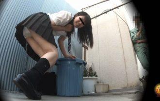 盗撮 街行く人にバレた!見られた!!恥ずかしい…路地裏おしっこ漏らし女子校生